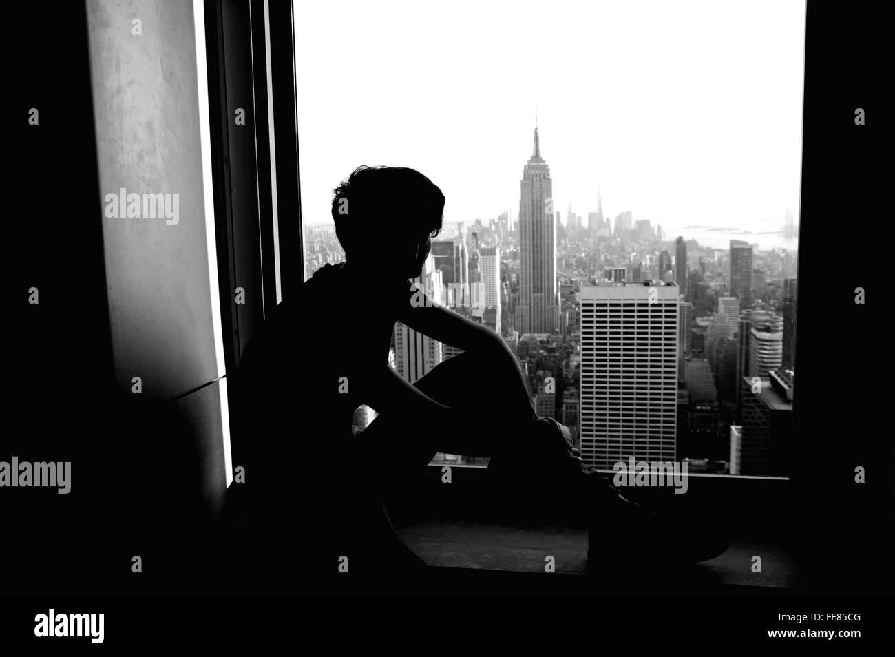 Silhouette de l'homme à la recherche de bâtiments à détendue Photo Stock