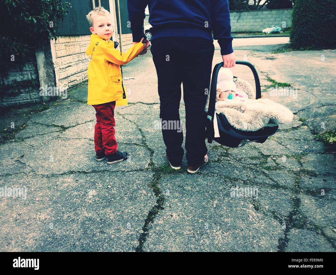 La section basse de Père Holding Children Photo Stock