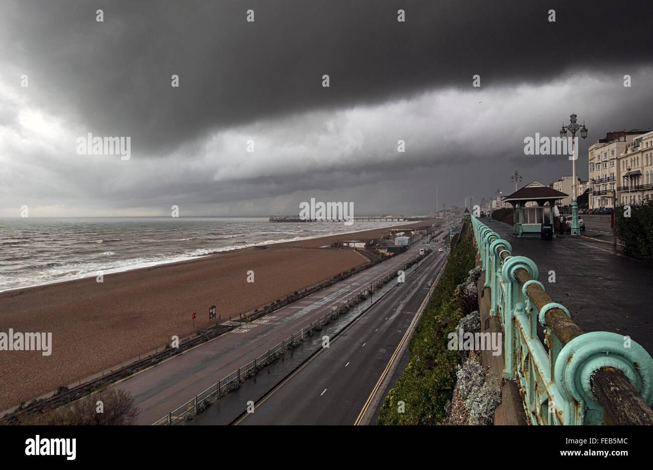 Tempête: un énorme nuage noir sur le front de mer de Brighton, Sussex Photo Stock