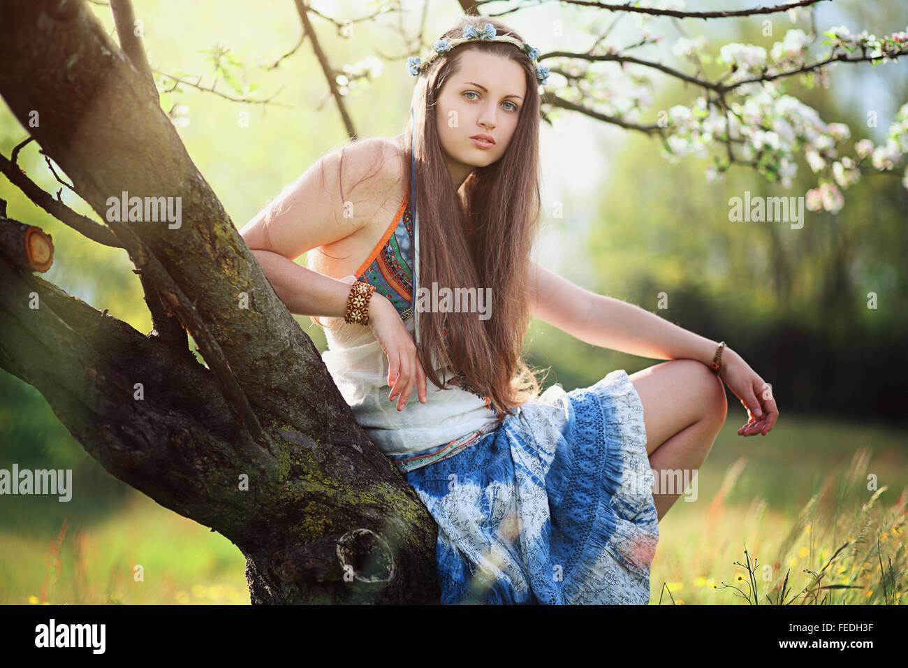 Femme romantique au pré des fleurs . Robe gitane hippie et Photo Stock