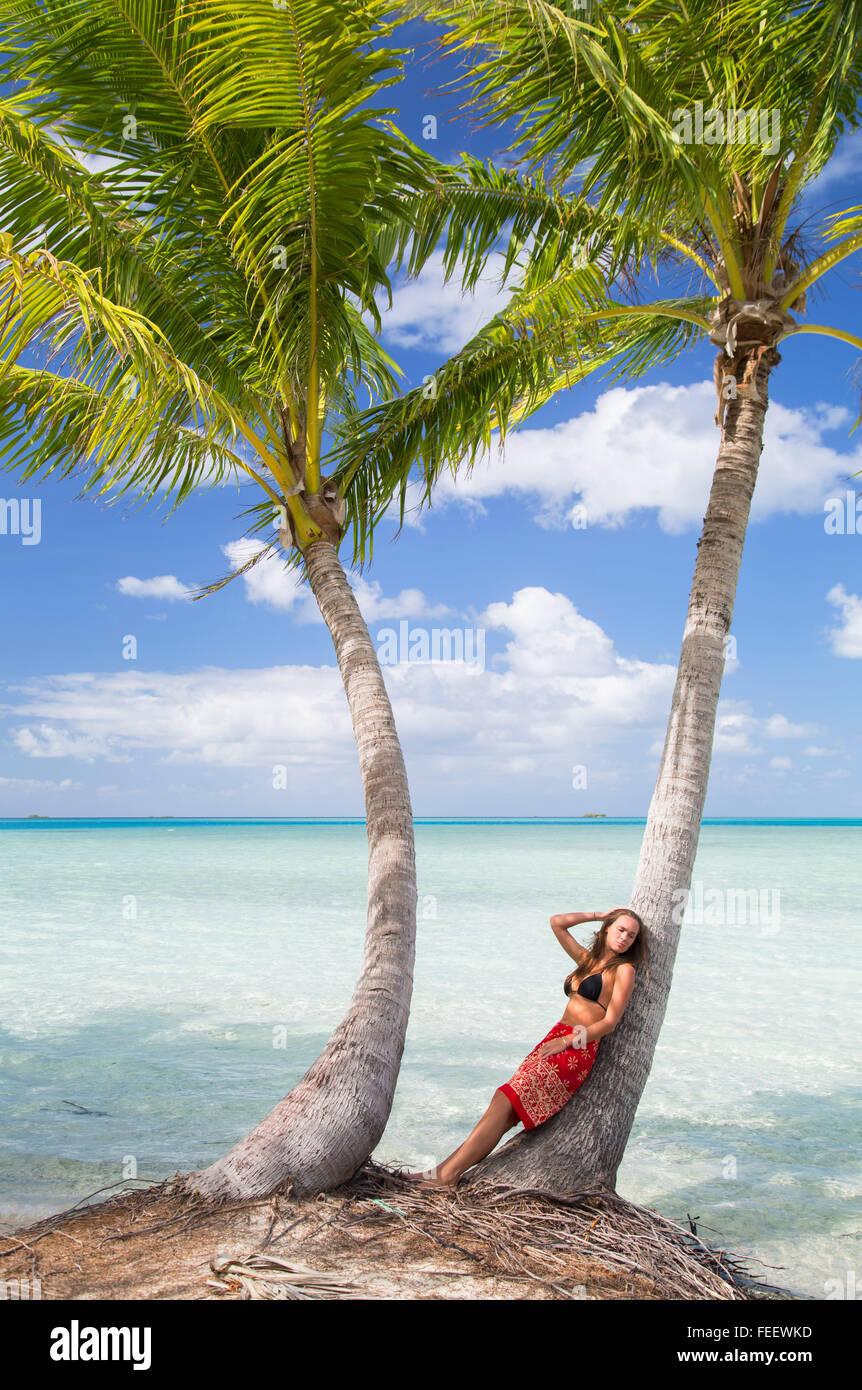 Femme à Blue Lagoon, Fakarava, Tuamotu, Polynésie Française Photo Stock