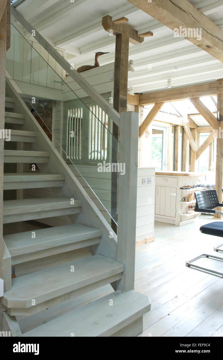 Photo Escalier Bois Peint Gris escalier en bois peint dans le neuf. escaliers, plancher et
