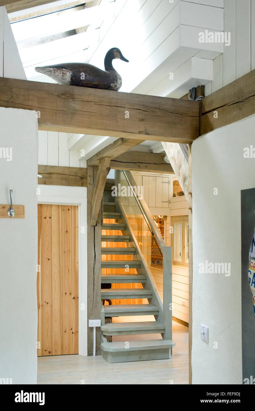 Photo Escalier Bois Peint Gris nouvelle maison, intérieur en bois peint blanc, poutres en