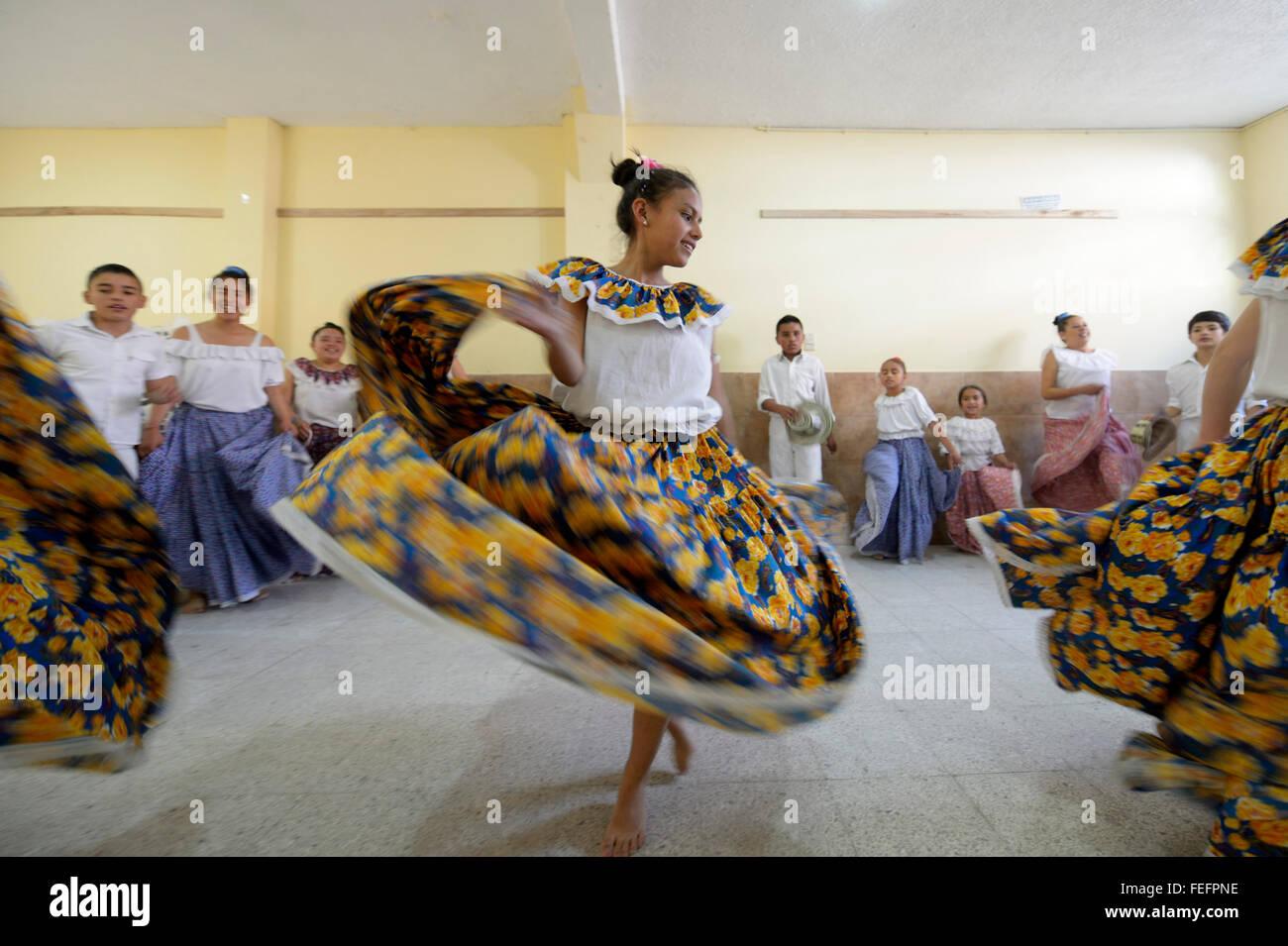 Jupe fille danser, voler, groupe de danse, danse folklorique, danse traditionnelle, Barrio San Martín, Bogotá, Photo Stock