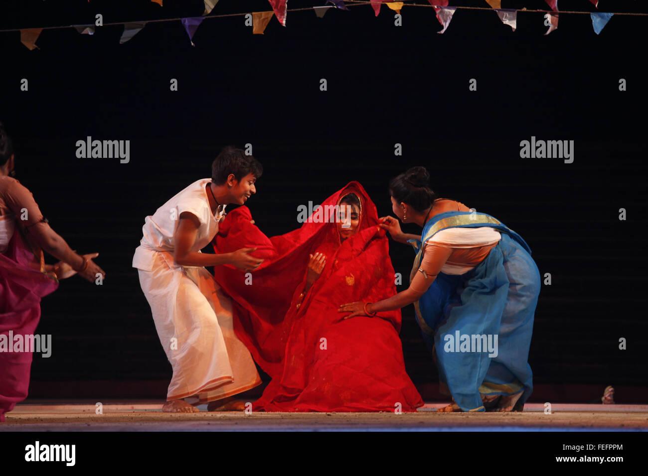 Dhaka, Bangladesh. Feb 6, 2016. Artistes bangladais effectuer lors d'un événement culturel à Photo Stock