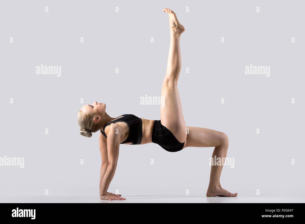 Belle jeune femme sportive pratiquant le yoga 71ff384be2f