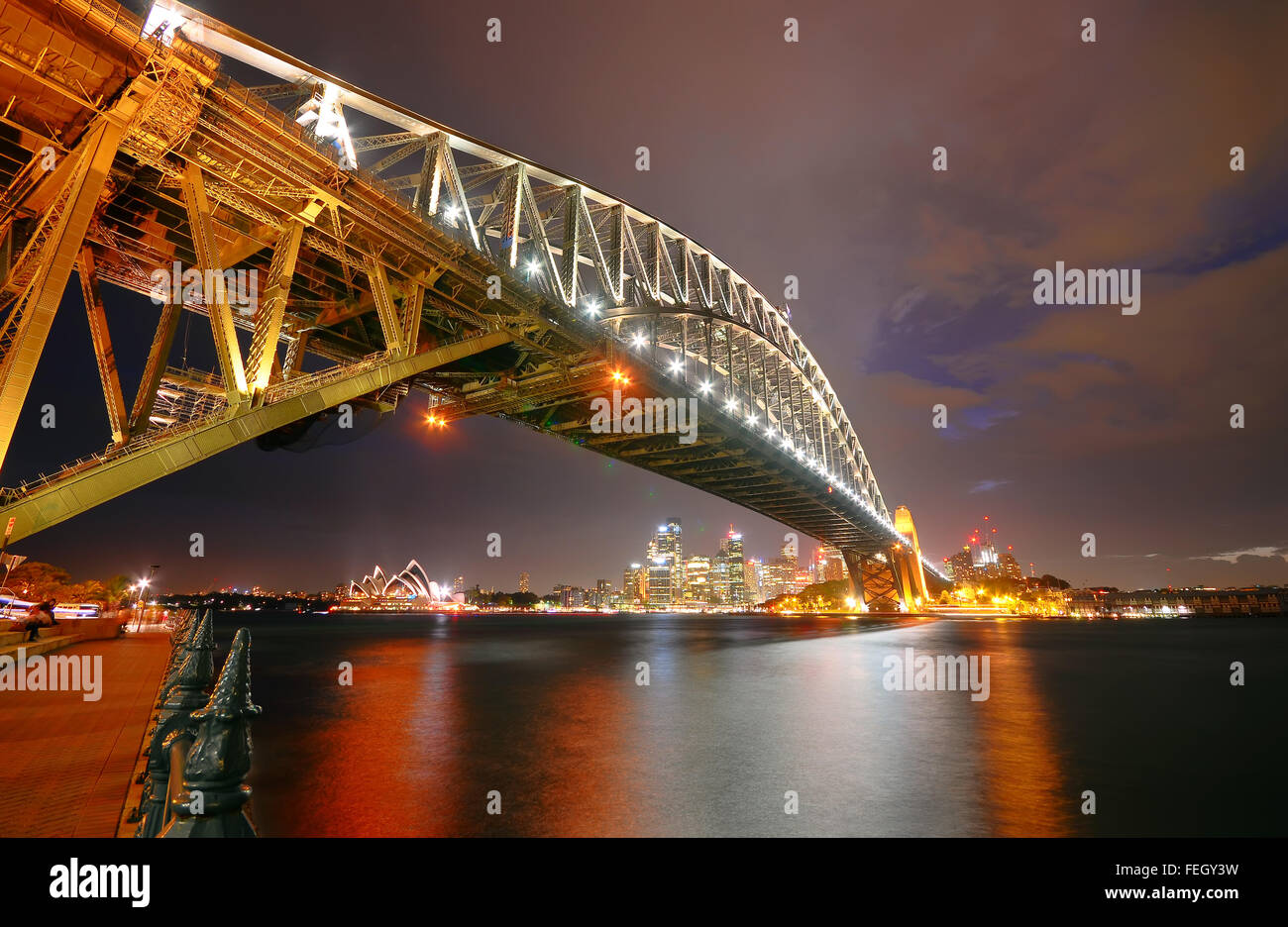 Sydney Harbour Bridge et skyline at night Photo Stock