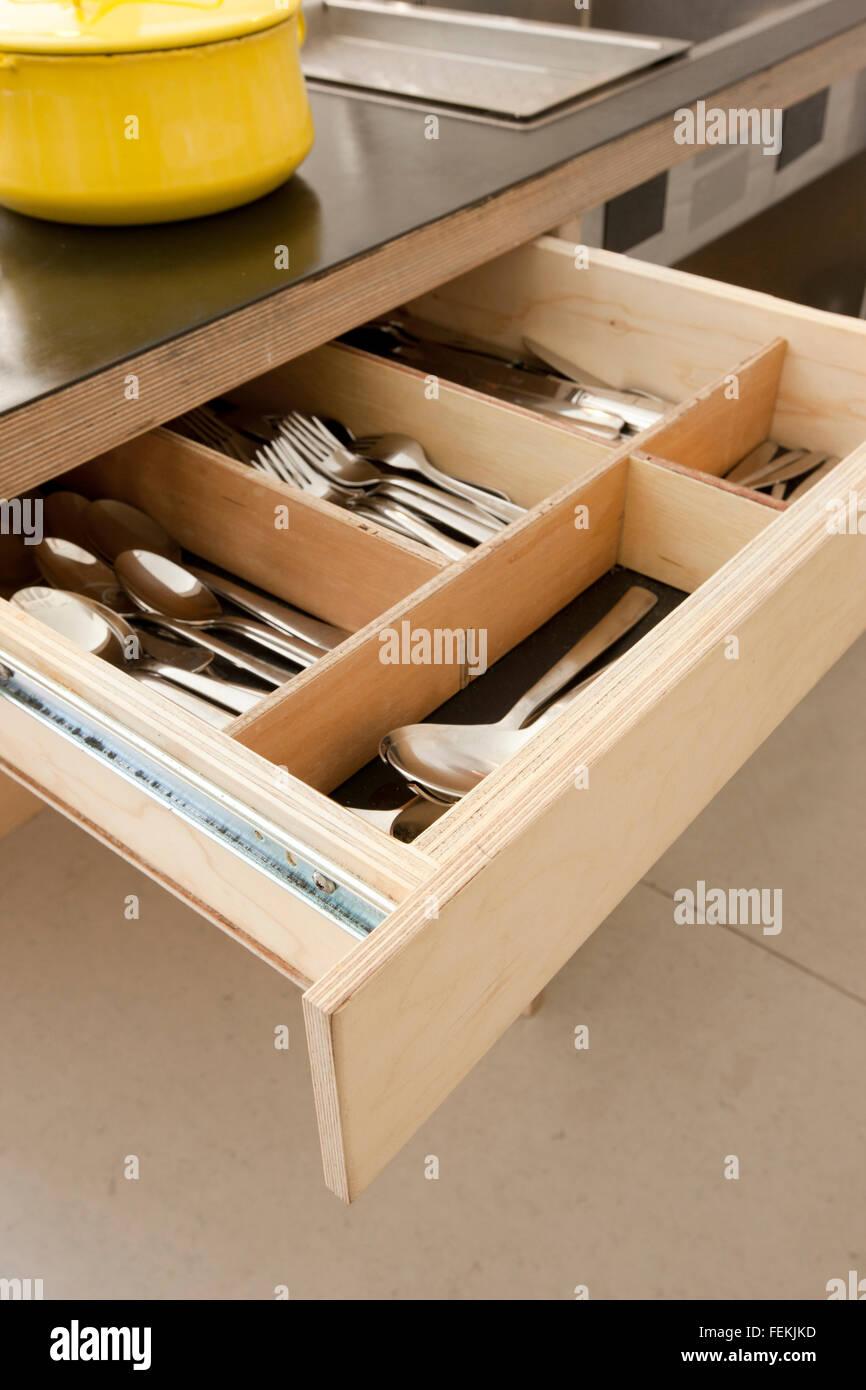 """Le modernisme dans le """"Cake House'. Ouvrir un tiroir pour l'équipement de cuisine. Photo Stock"""