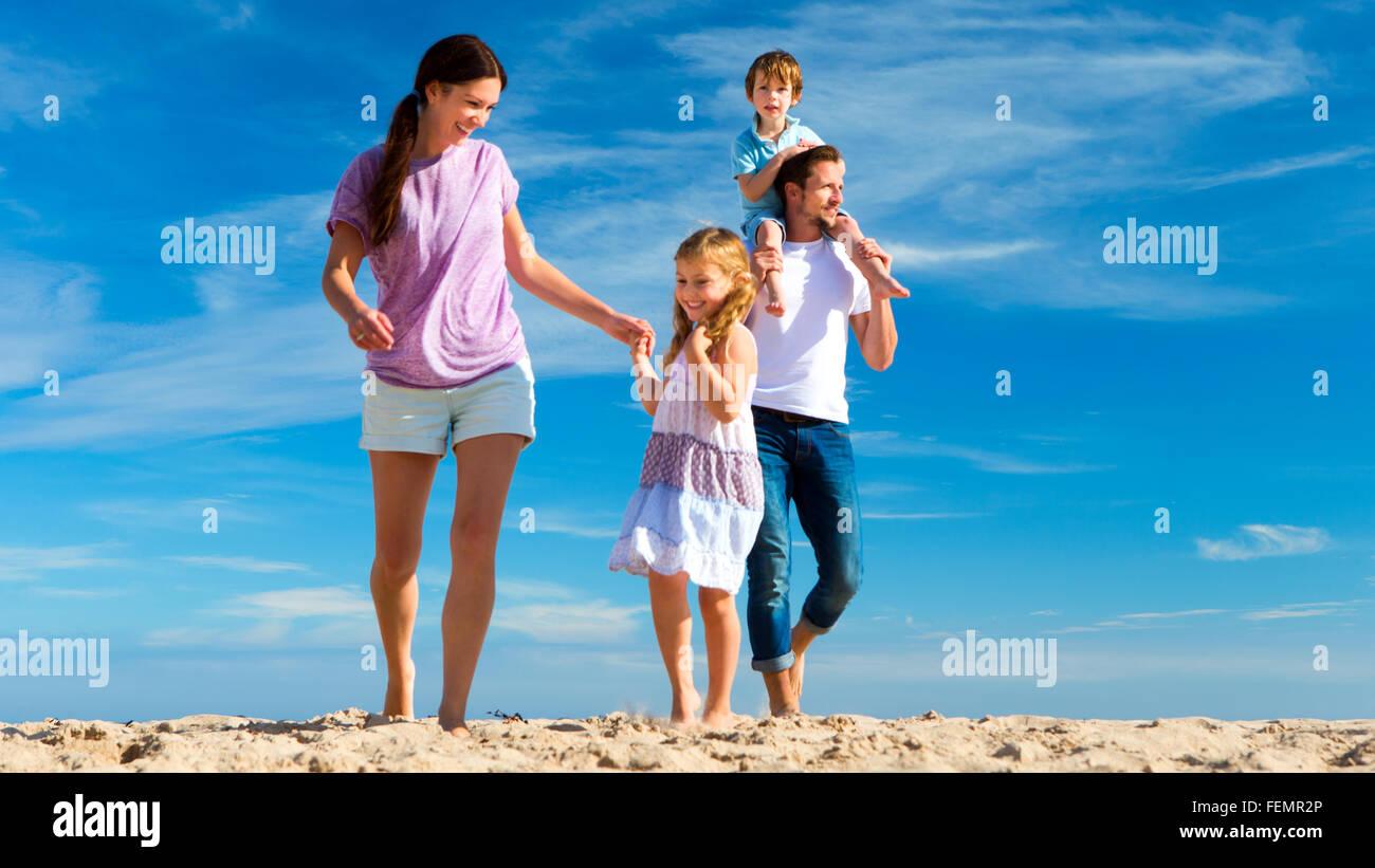Les dépenses de la famille du temps de qualité ensemble sur la plage. Photo Stock