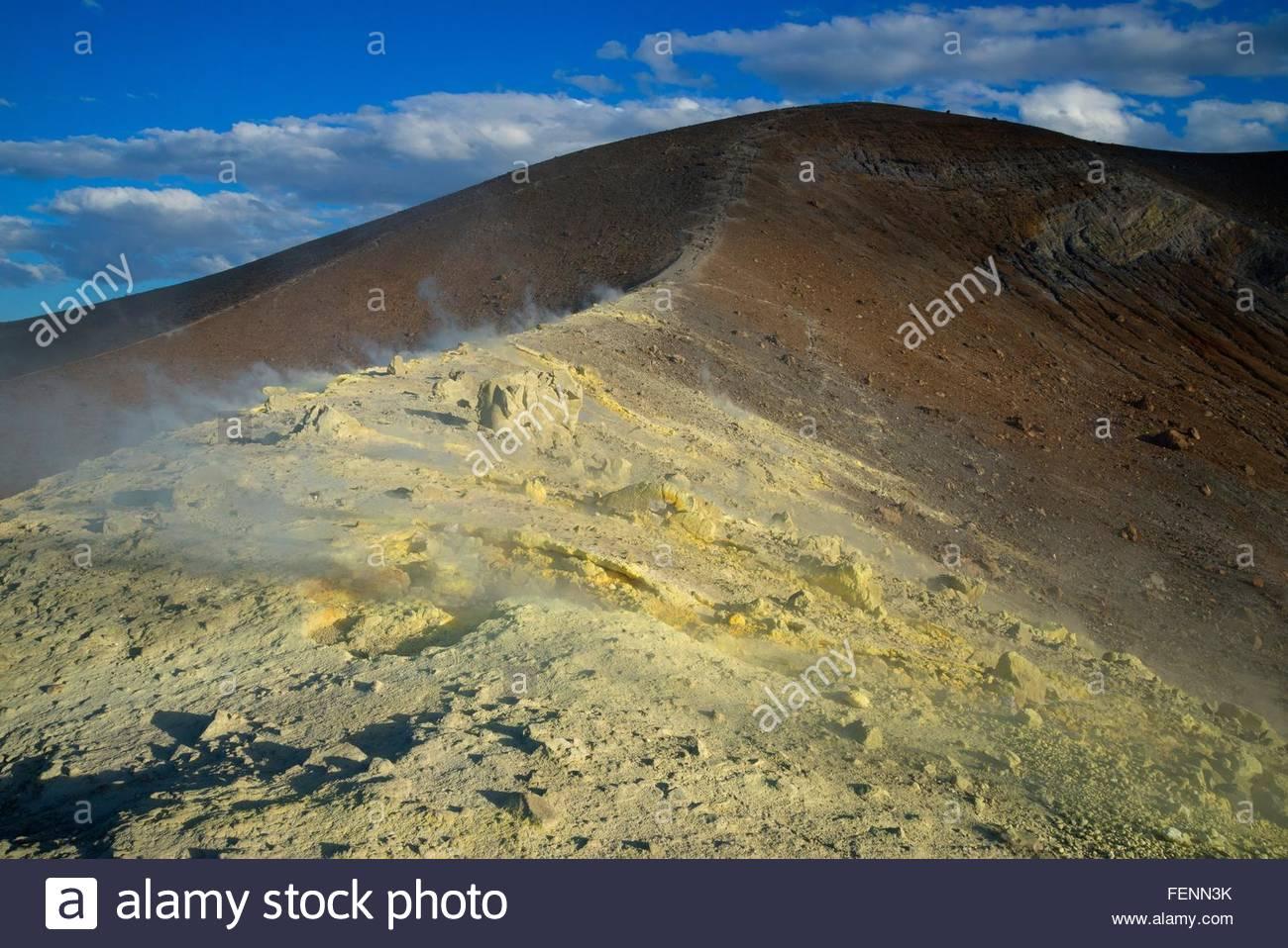 Du soufre et de la fumée au Gran Cratere fumerolles, île de Vulcano, Iles Eoliennes, Sicile, Italie Photo Stock