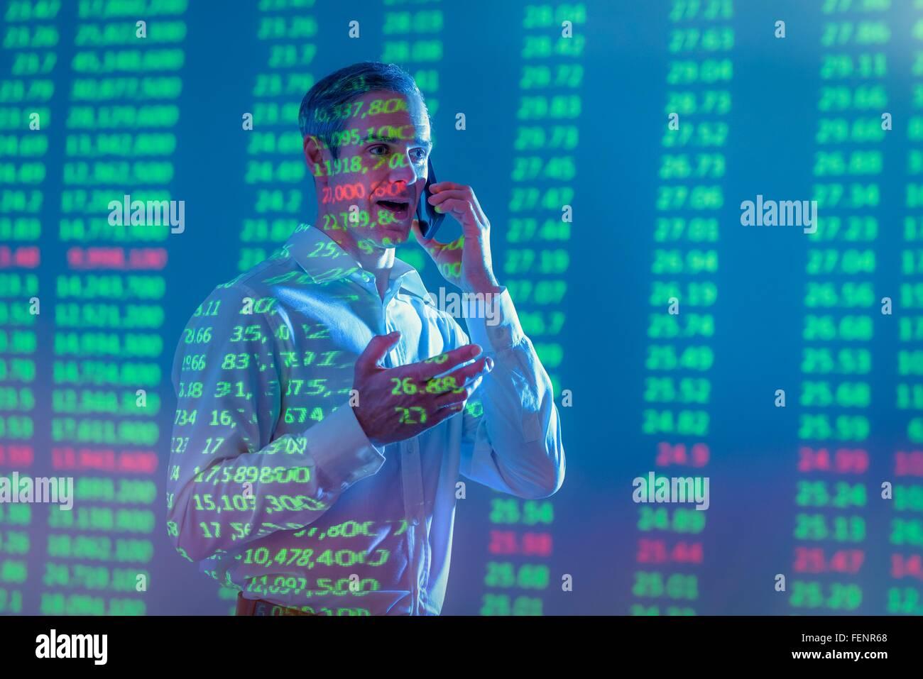 Couple avec des projections de données financières Banque D'Images