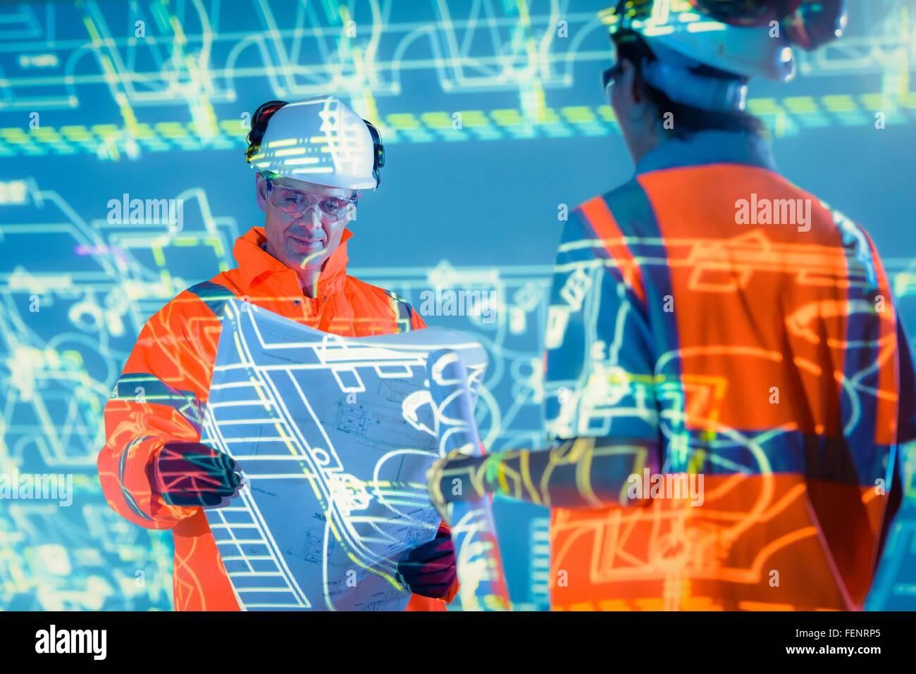 Avec les ingénieurs de projets et plans projetés Photo Stock