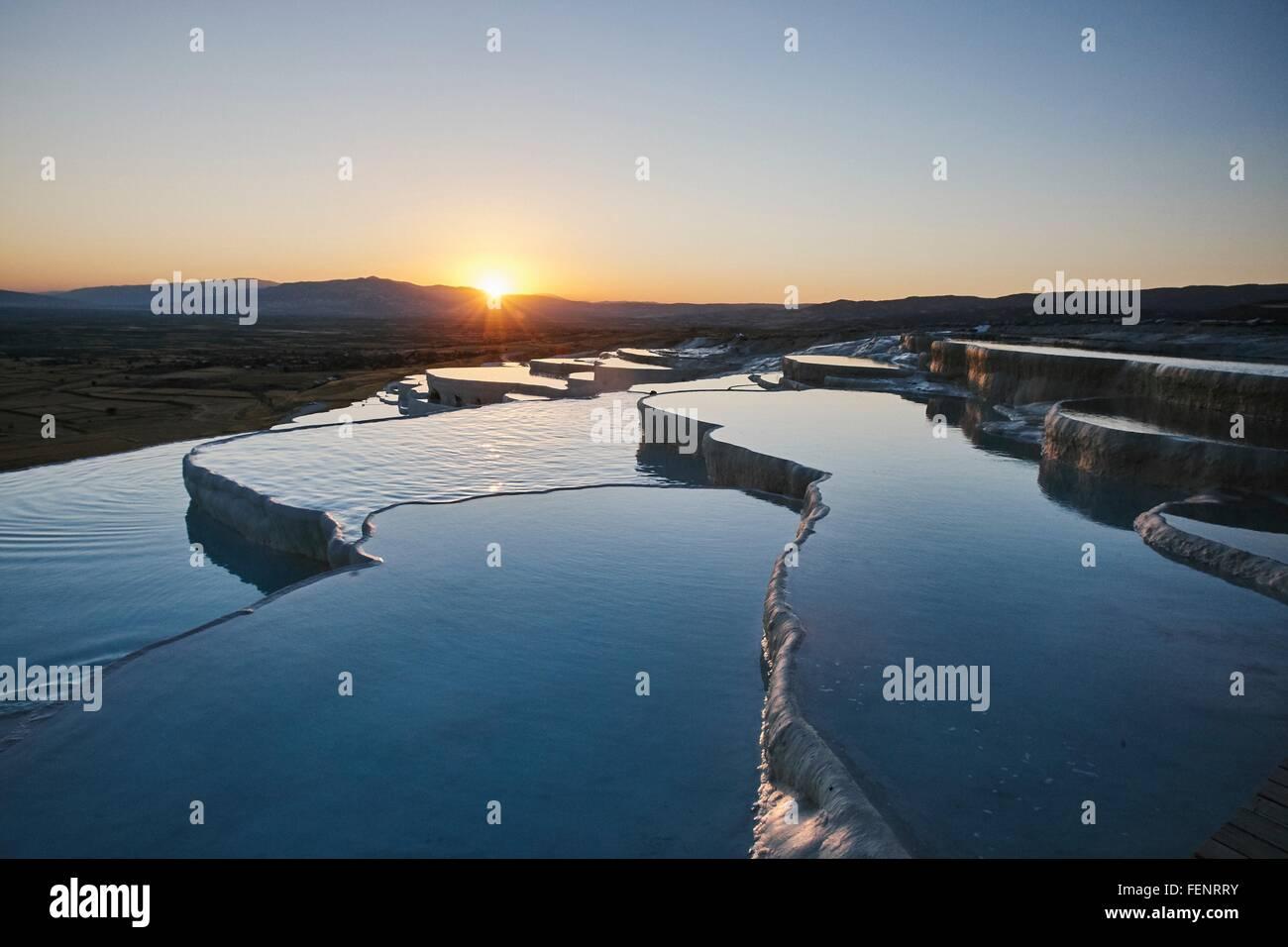Terrasses de source chaude au coucher du soleil, Pamukkale, Anatolie, Turquie Photo Stock