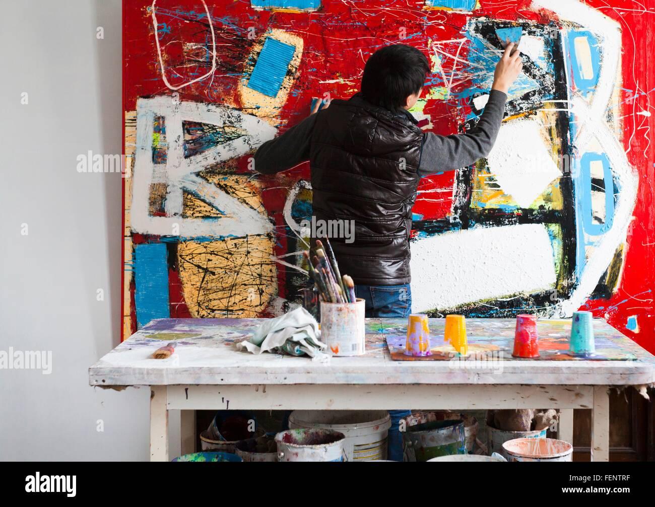 La création de l'artiste masculin de l'oeuvre peint Photo Stock