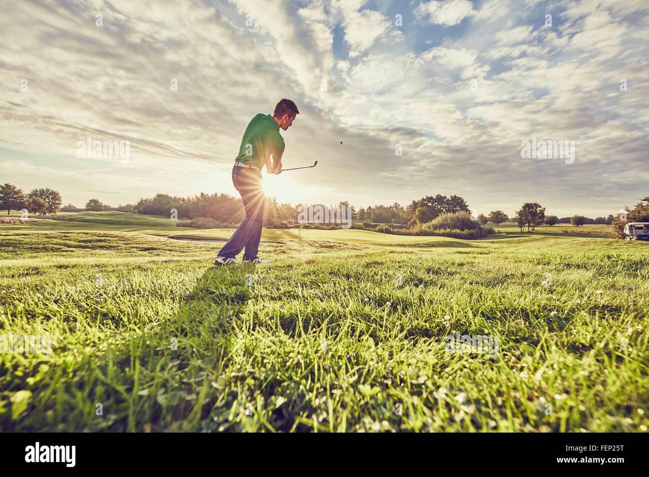 Jouer au golf golfeur sur le cours, Korschenbroich, Düsseldorf, Allemagne Banque D'Images