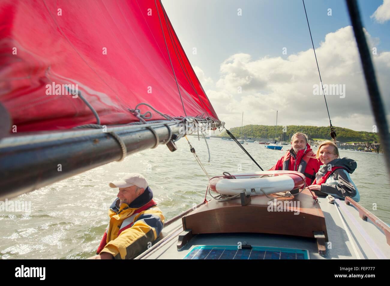 Petit groupe d'adultes sur bateau à voile Photo Stock
