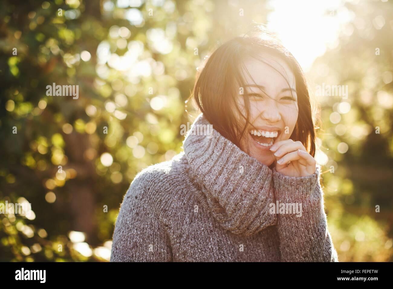 Portrait de jeune femme en milieu rural, rire Photo Stock