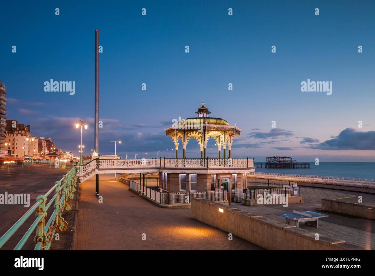 Soirée au kiosque sur le front de mer de Brighton, East Sussex, Angleterre. Photo Stock