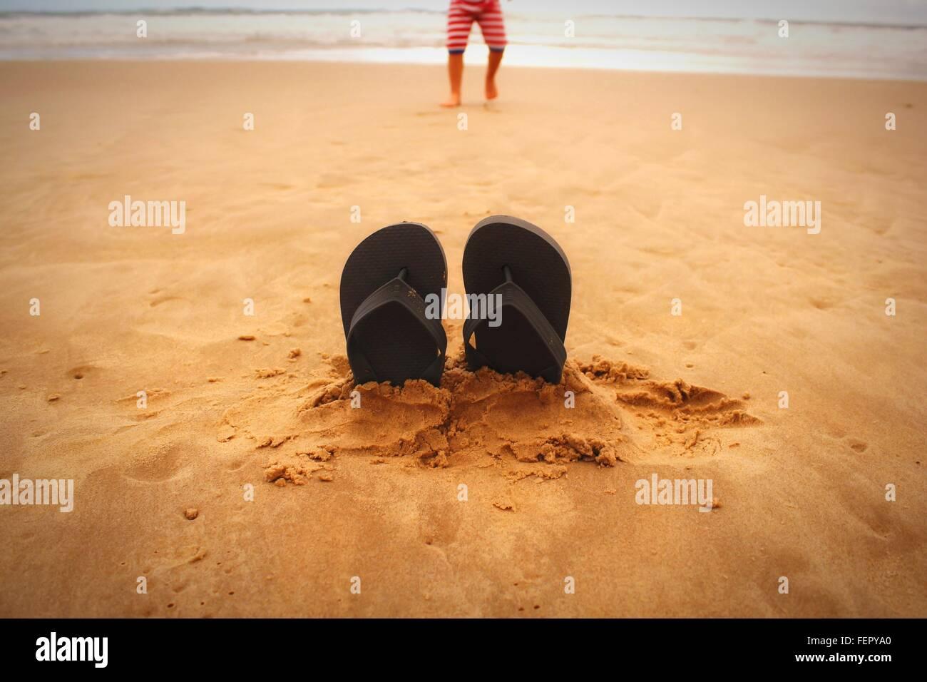 Plan de chaussons sur Sand At Beach Photo Stock