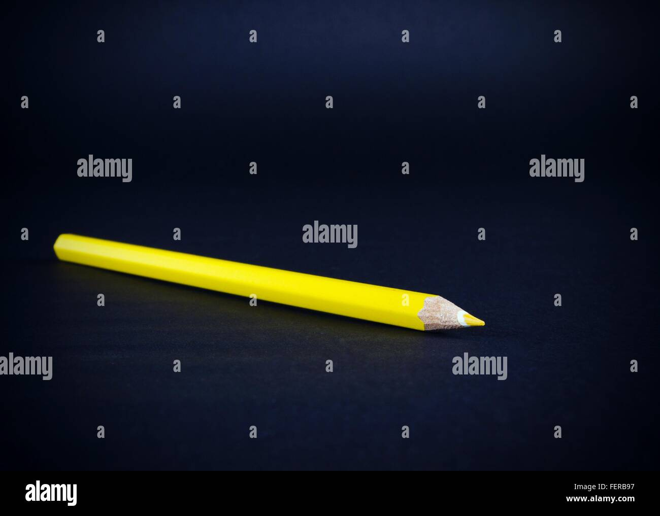 Crayon de couleur jaune sur fond noir Photo Stock