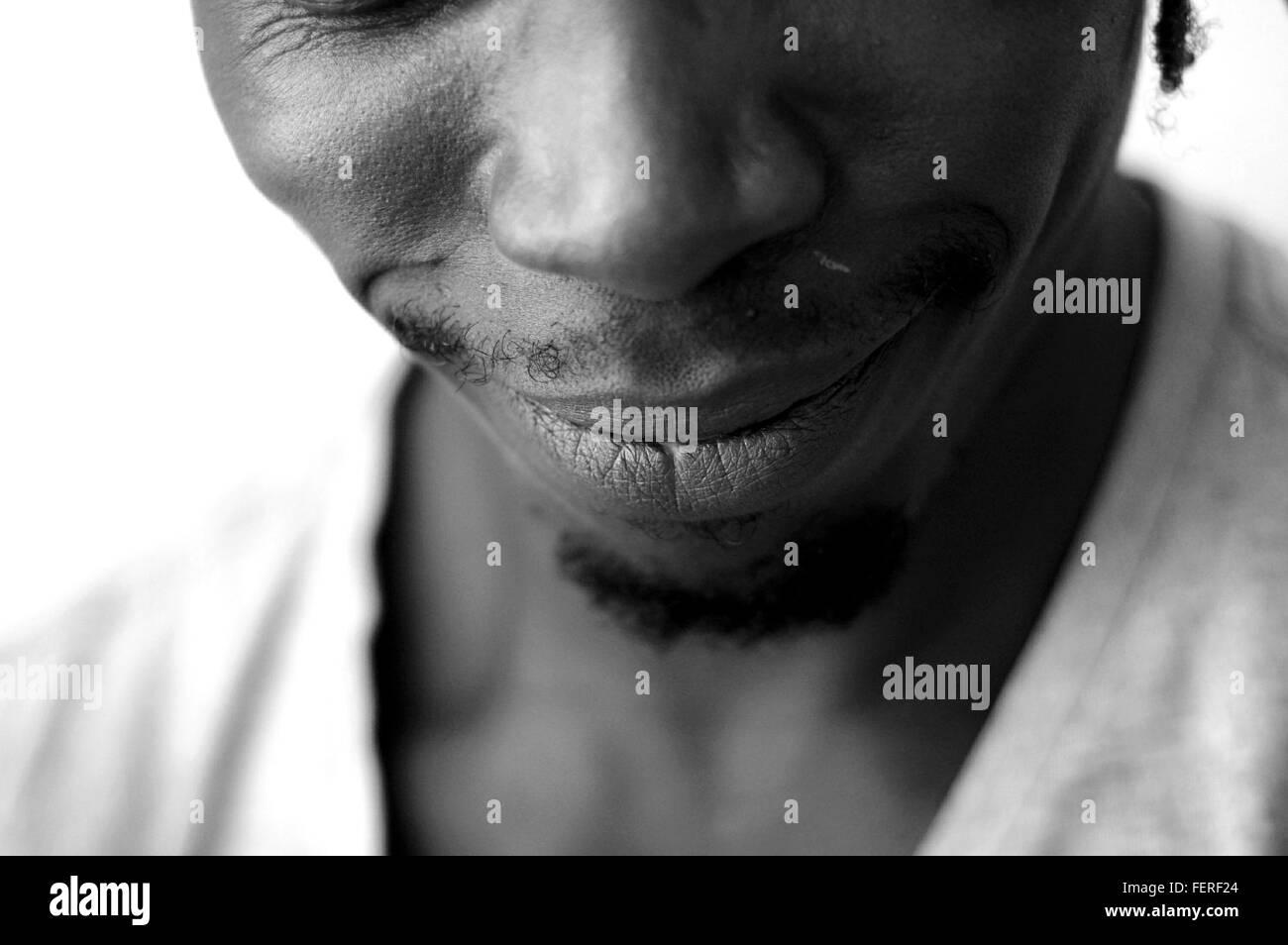 Portrait de l'homme contre l'arrière-plan blanc Photo Stock