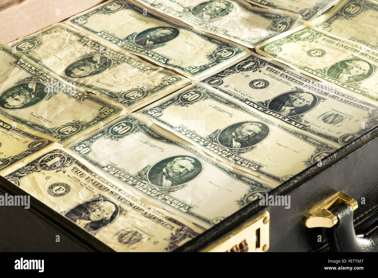Close up of dollar billets ou des billets verts étroitement emballées dans un porte-documents Photo Stock