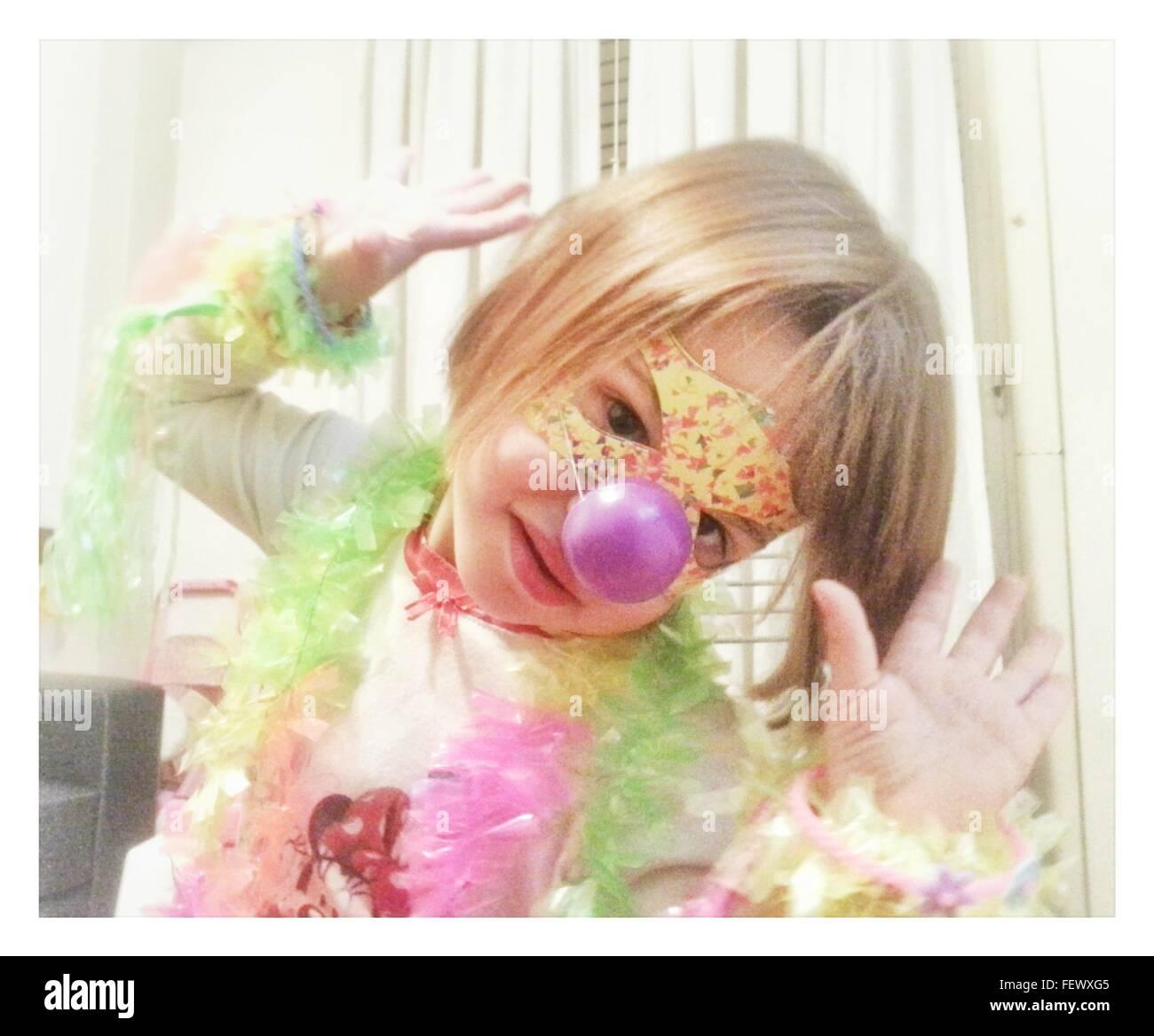 Portrait Of cute girl Wearing Mask à la maison Photo Stock