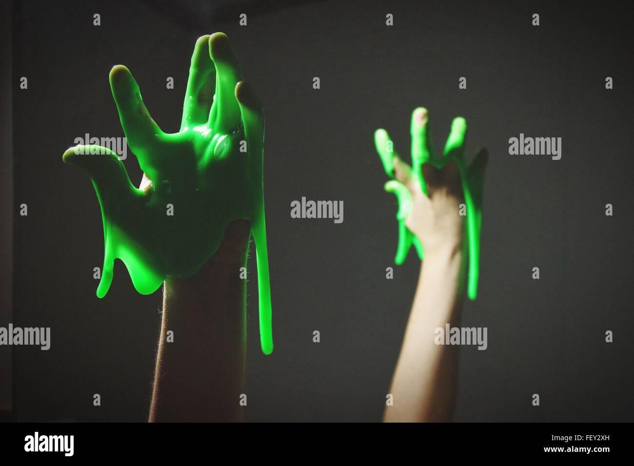 La main coupée avec Slime vert sur fond noir Photo Stock