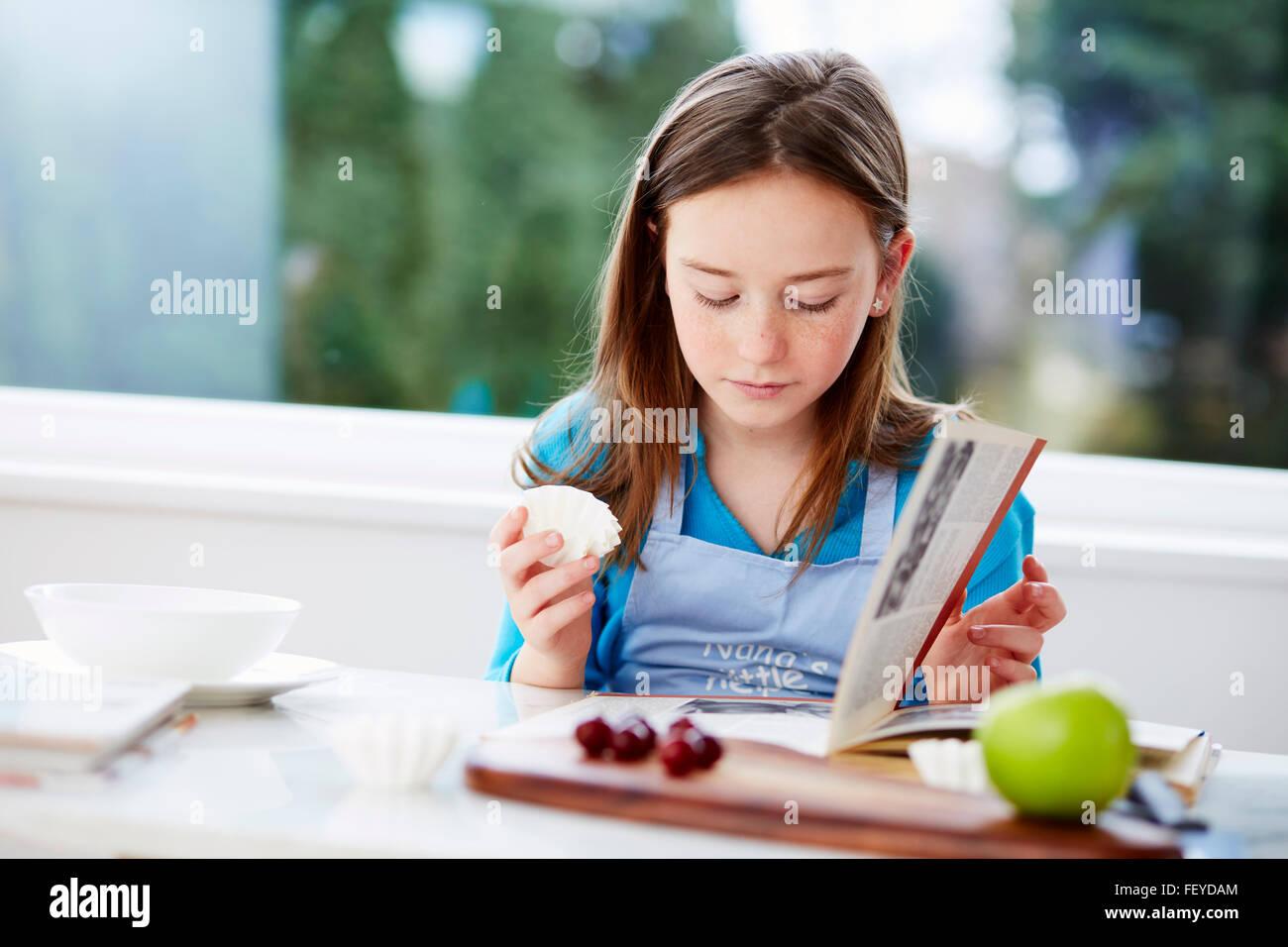 Regardant à travers l'enfant livre Photo Stock