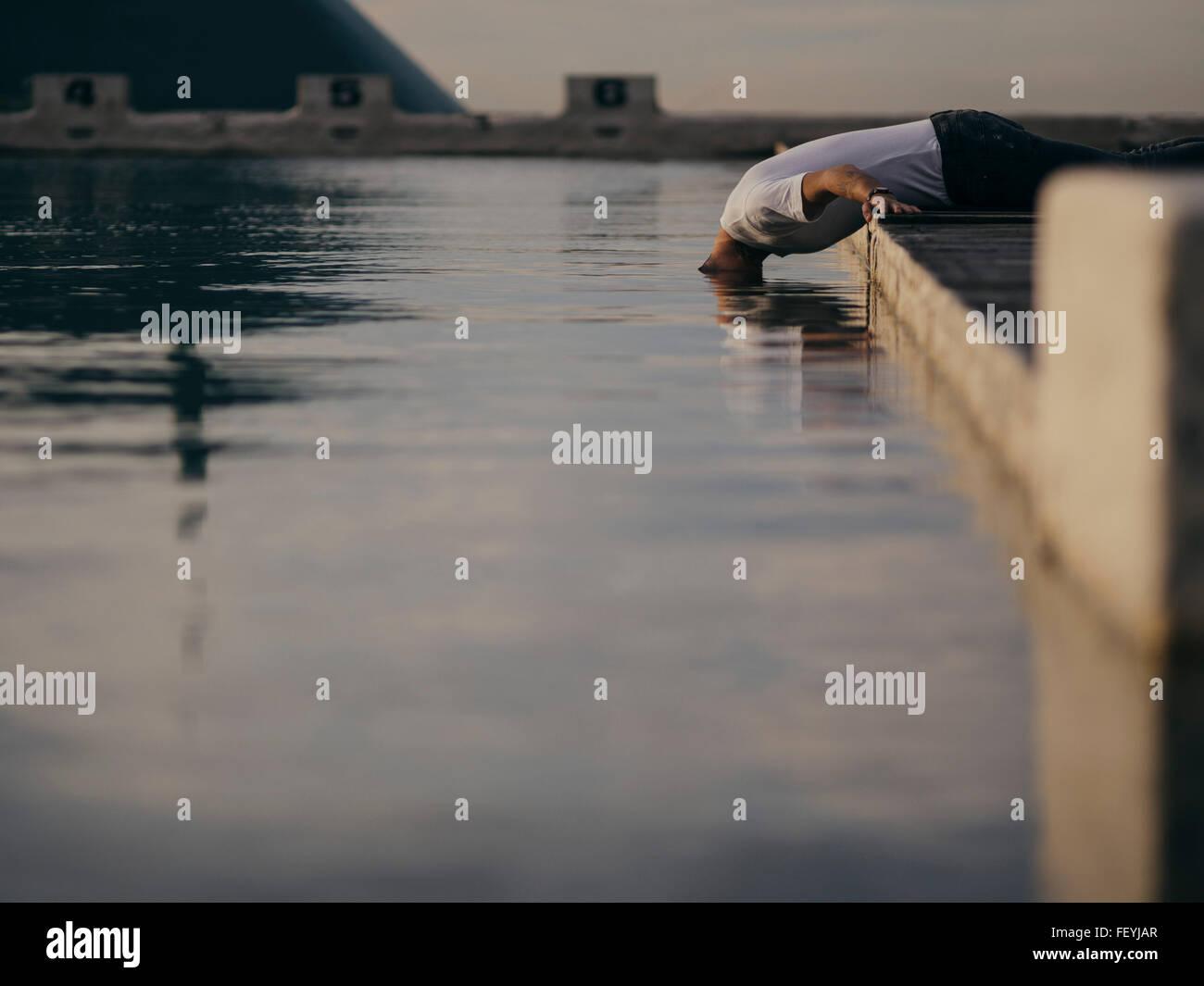 L'homme met sa tête dans l'eau Photo Stock