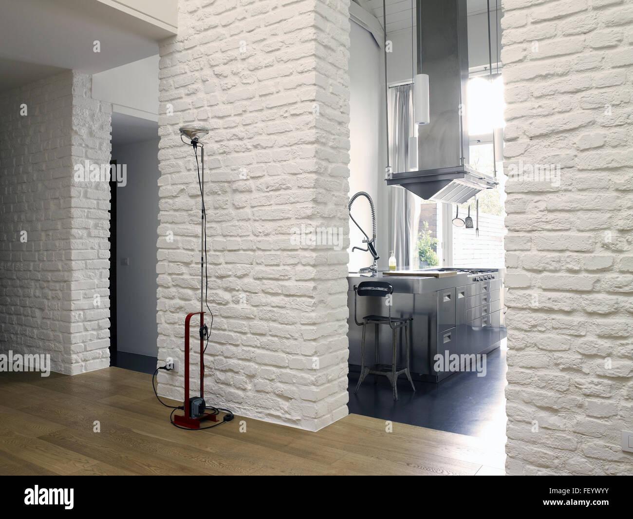 Appartement loft contemporain avec un mur de briques blanches et de ...