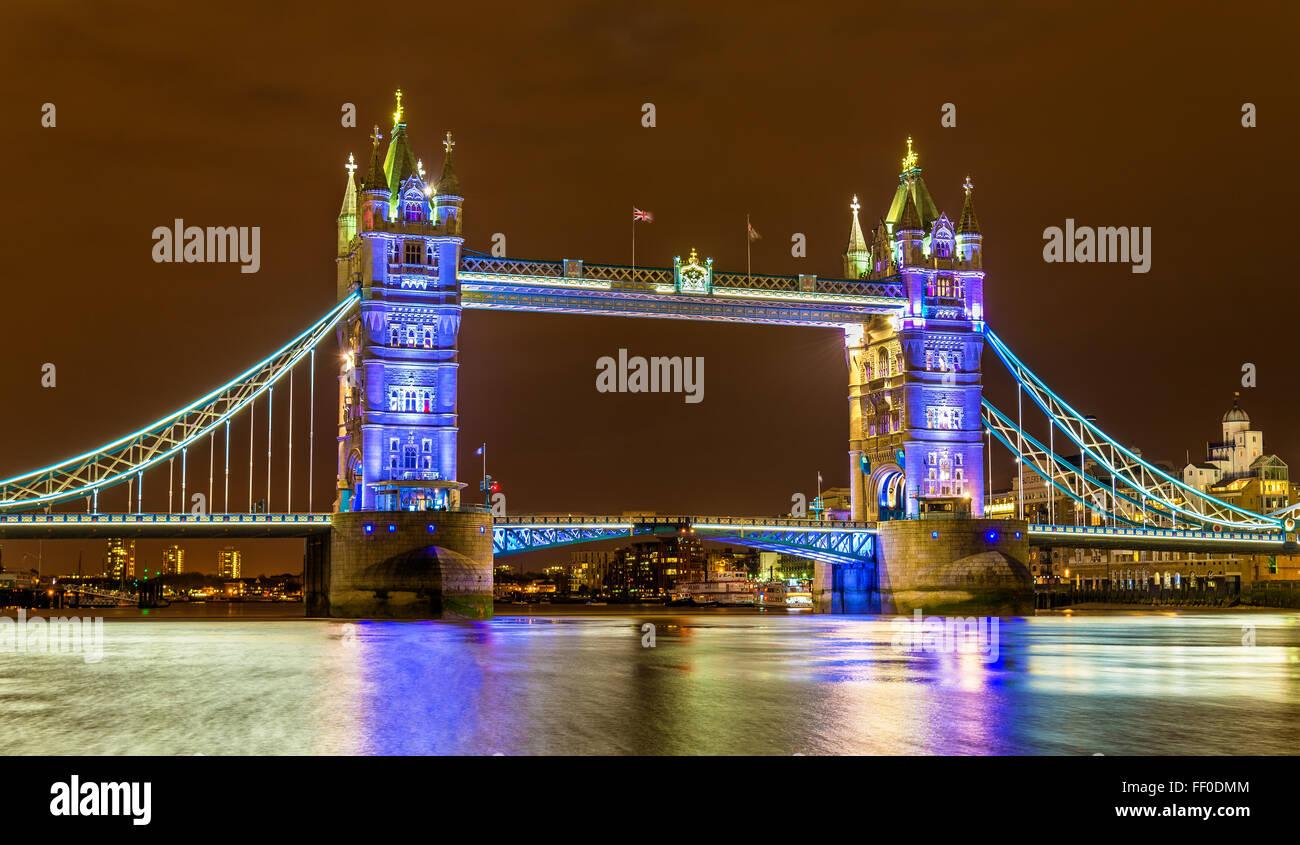 Vue sur le Tower Bridge dans la soirée - Londres Photo Stock