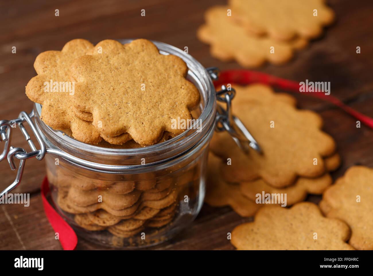 Pepparkakor suédois (Cookies) de gingembre dans un bocal en verre Photo Stock