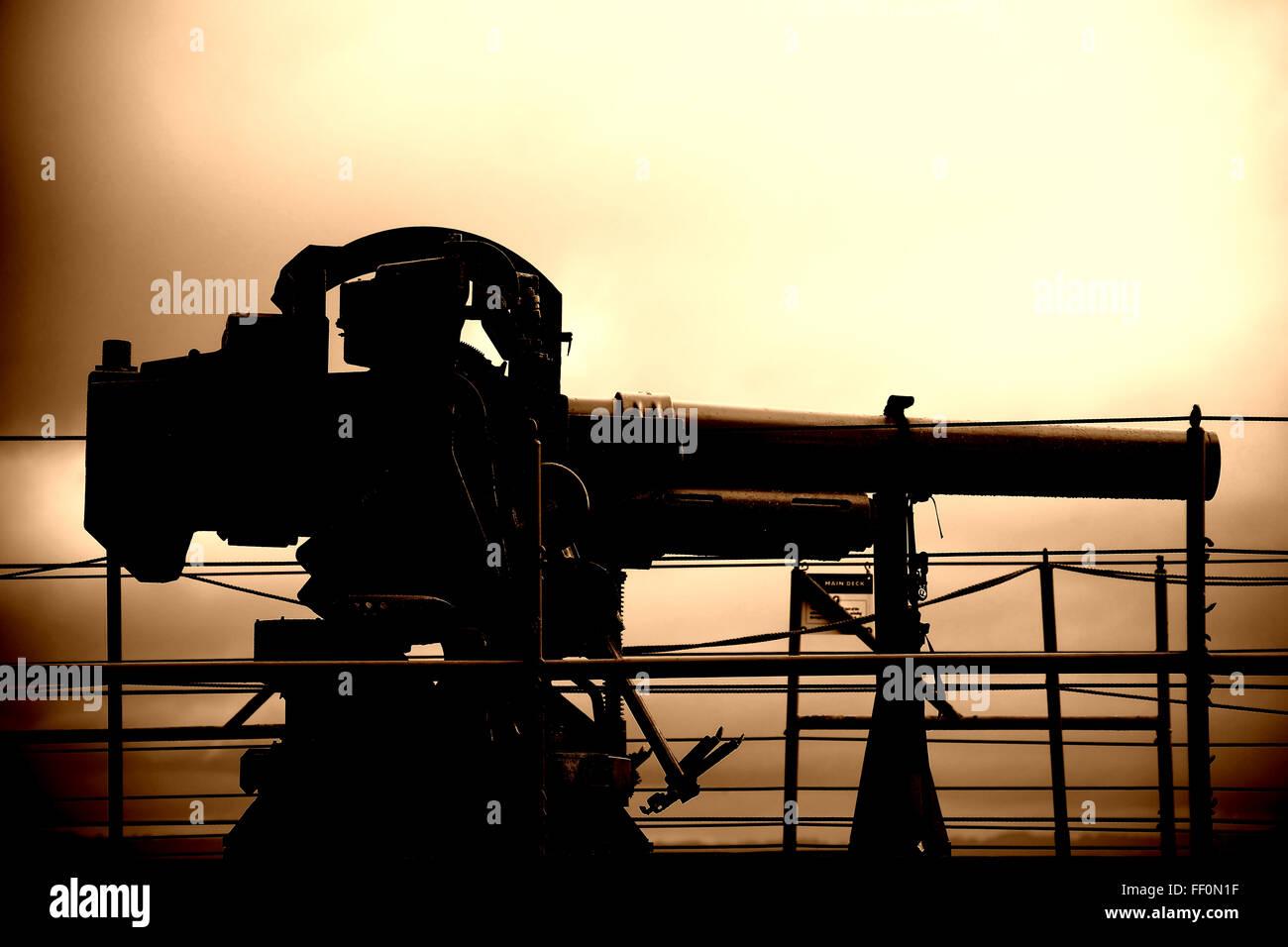 Arme à feu sur le navire de guerre Banque D'Images