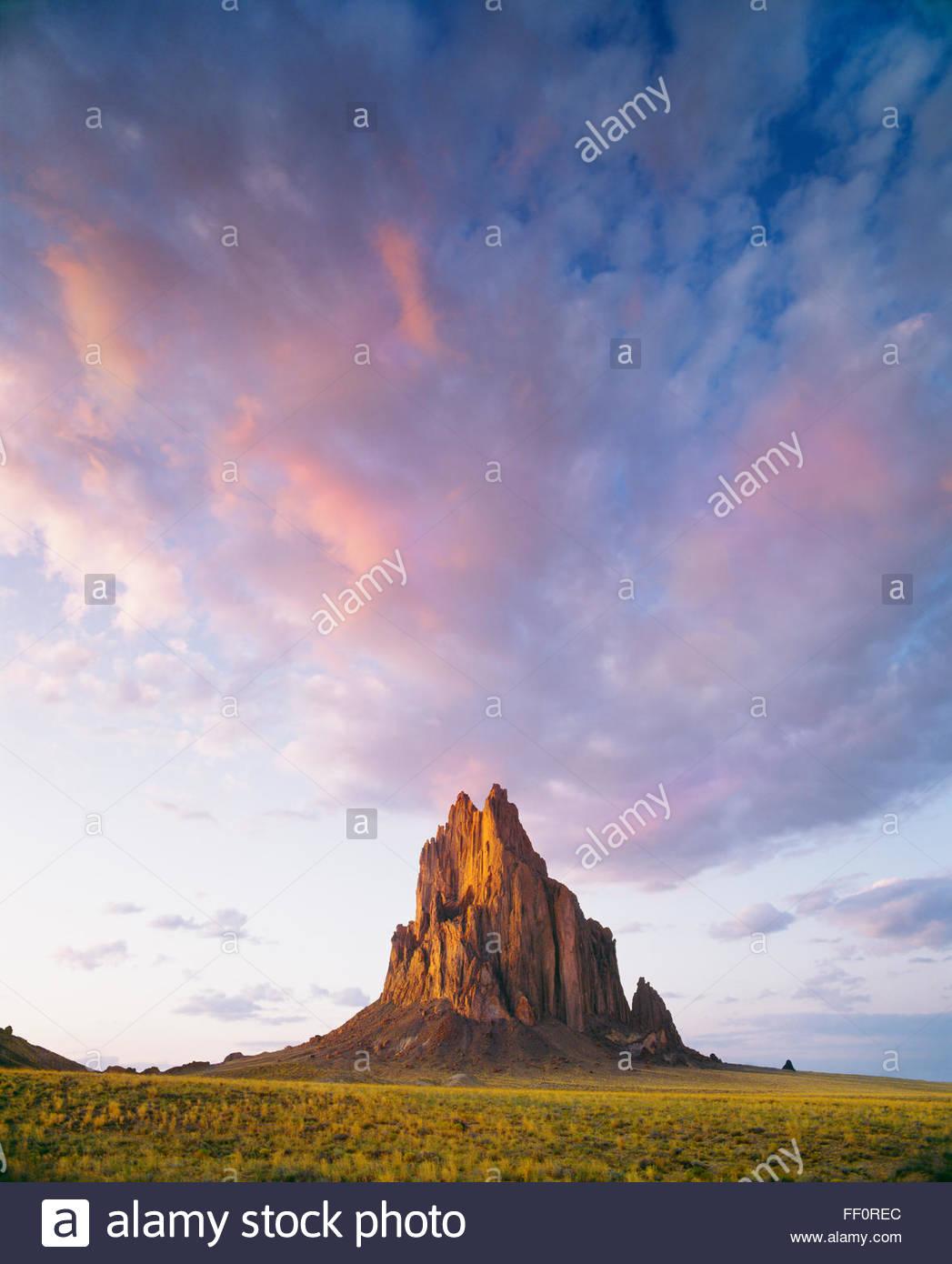 Shiprock, 1100 pieds de haut monolithe volcanique, Navajo Indian Reservation, Nouveau Mexique. Photo Stock