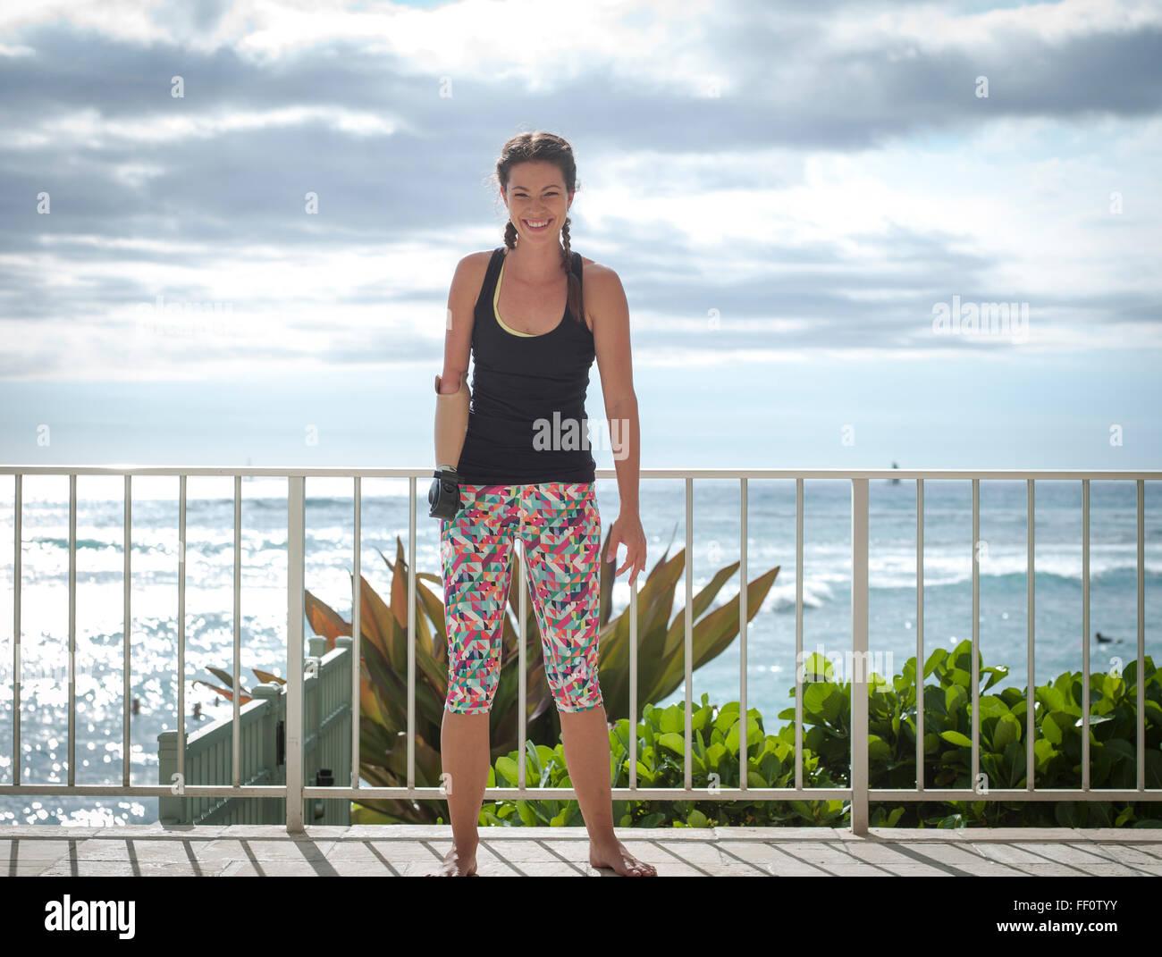 Mixed Race athlète amputé smiling sur balcon Banque D'Images