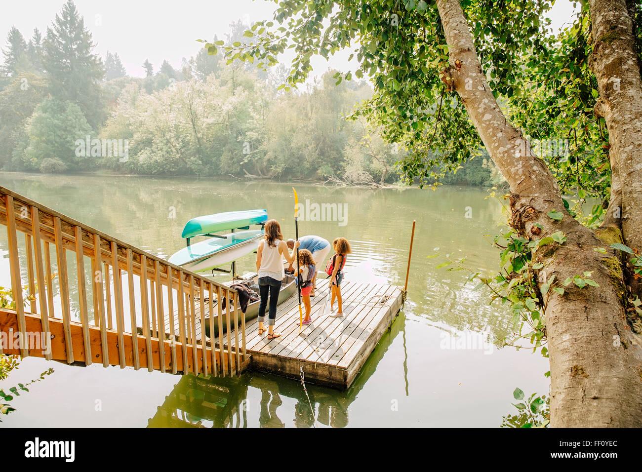 Comité permanent de la famille sur un quai dans le lac Banque D'Images