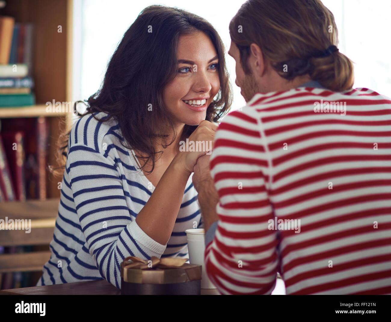 Amorous valentines se regarder les uns les autres Photo Stock