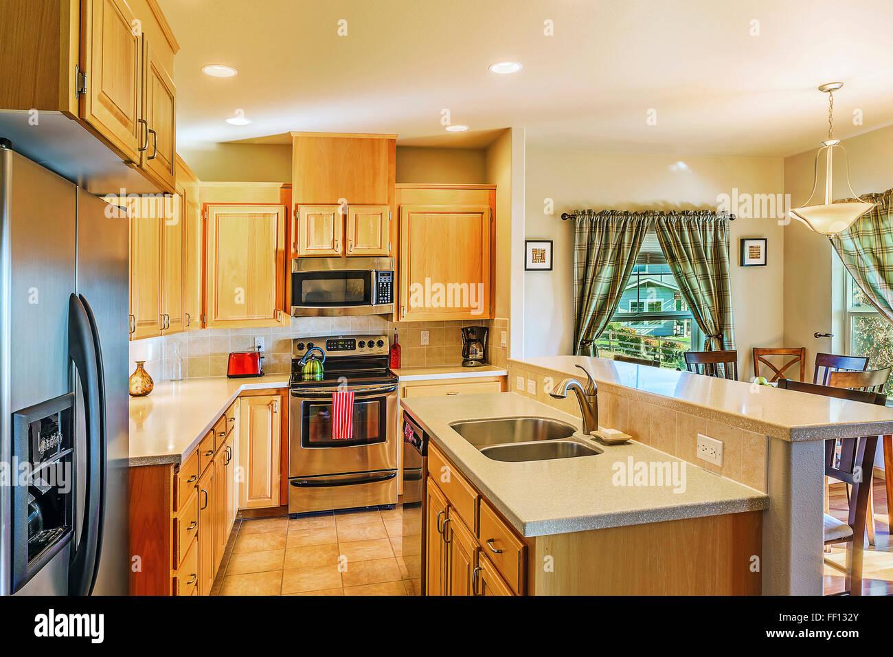 Les comptoirs et armoires de cuisine moderne Photo Stock