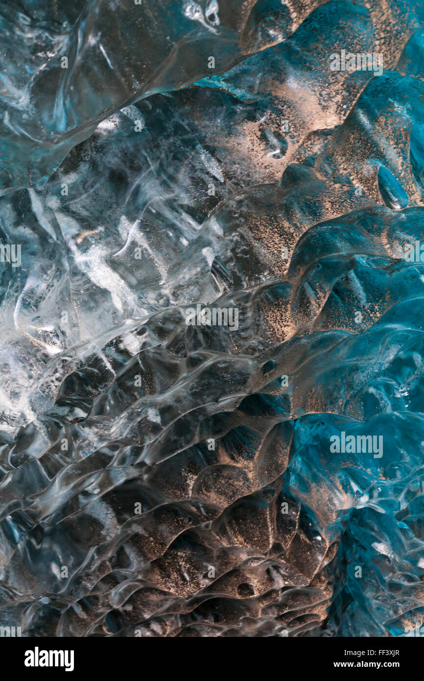Détail à l'intérieur de la caverne de glace dans le sud-est de l'Islande en Janvier Photo Stock
