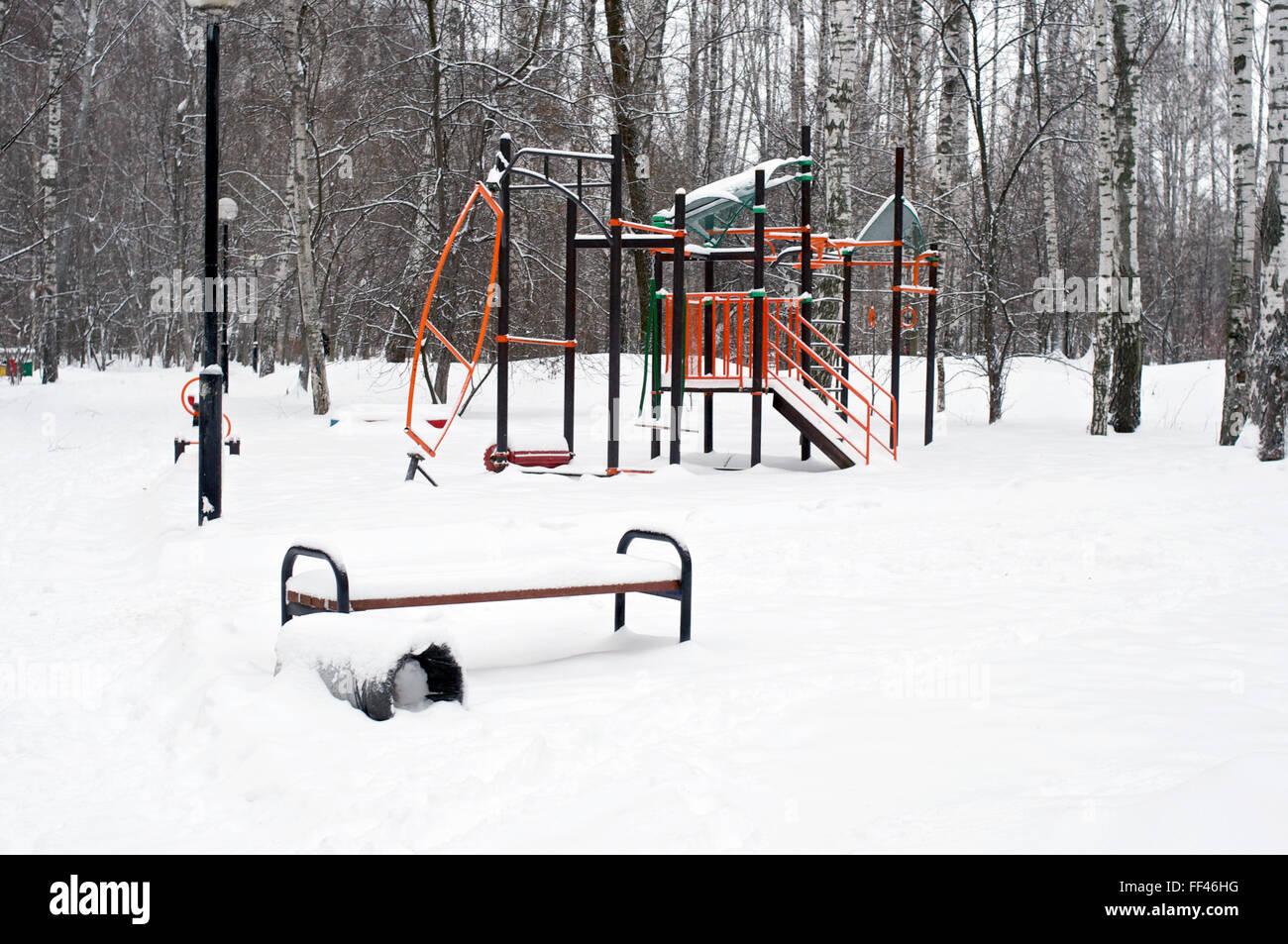 Banc et l'équipement d'exercice avec beaucoup de neige Photo Stock