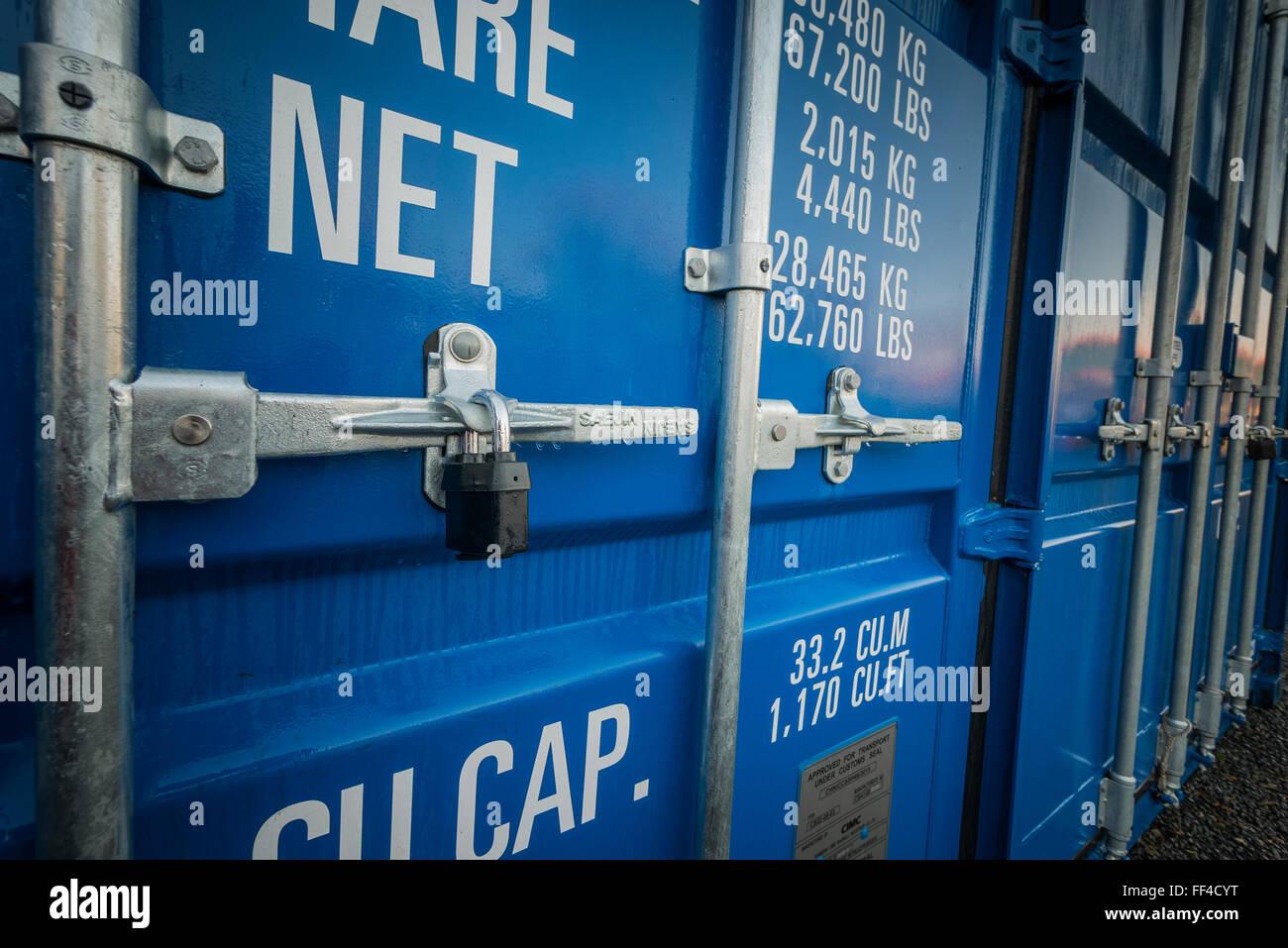 Une ligne de conteneurs de stockage auto bleue dans une enceinte protégée Photo Stock