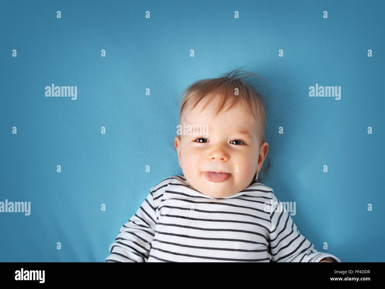 Petit garçon sur la couverture bleue background Photo Stock