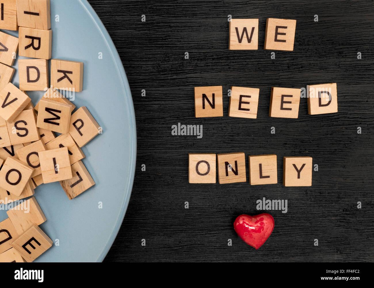 Nous avons besoin de l'orthographe des lettres en bois seulement l'amour Banque D'Images