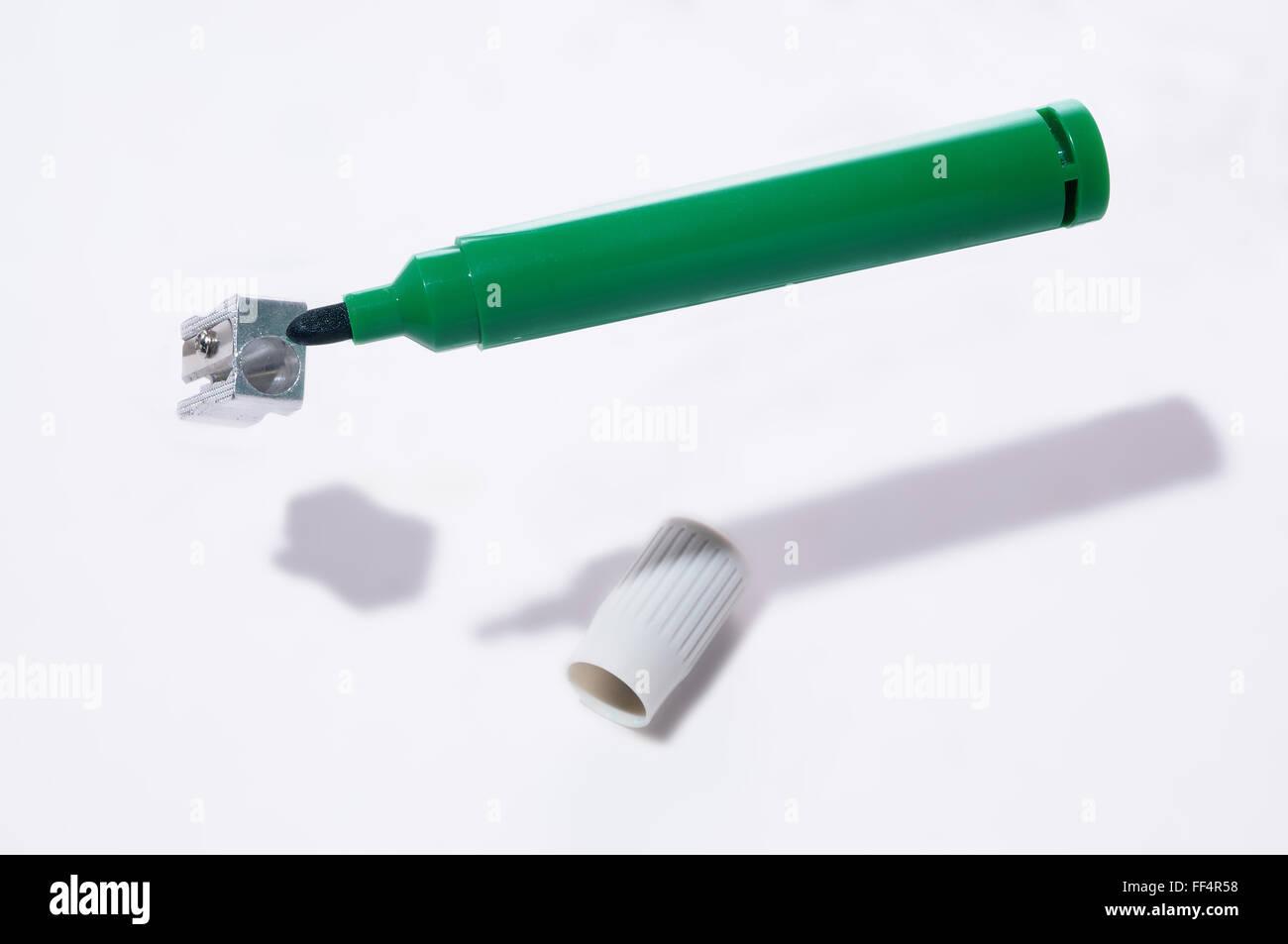 Marqueur tableau blanc à tort d'essayer d'utiliser un taille-crayon Photo Stock