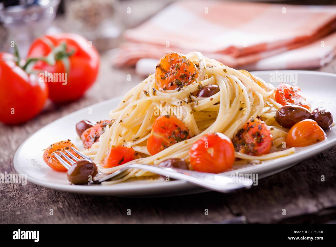 Pâtes aux tomates fraîches et olives Photo Stock