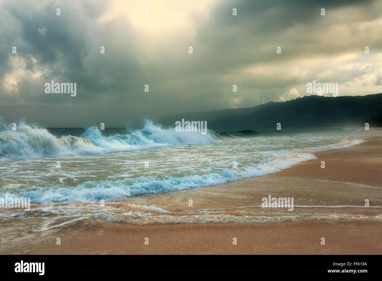 Tempête sur la plage de Karon. L'île de Phuket. La Thaïlande. Photo Stock