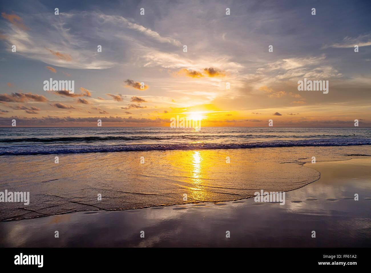 Coucher du soleil sur la plage de Patong. L'île de Phuket. La Thaïlande. Banque D'Images