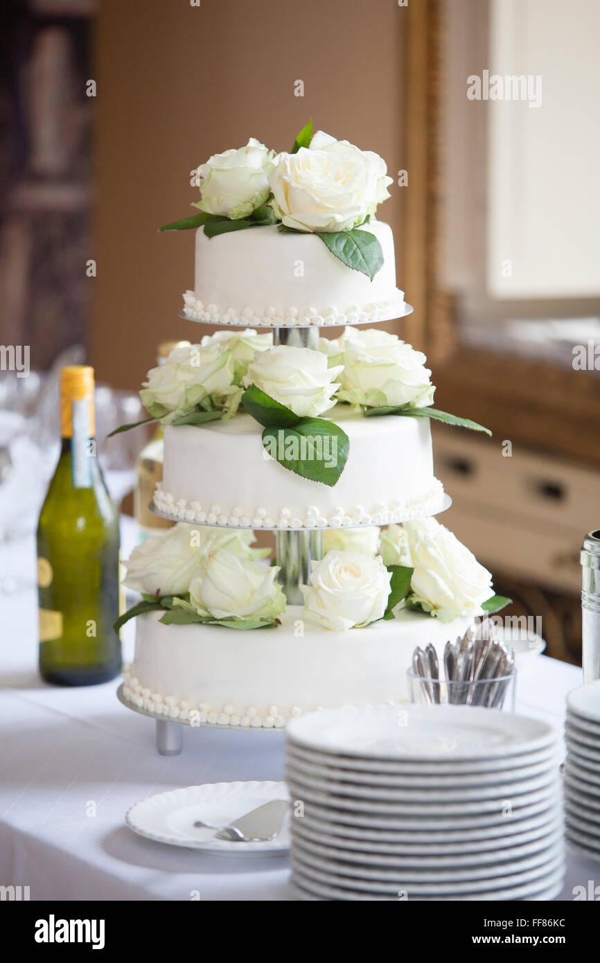 Gâteau de mariage blanc avec des roses blanches Photo Stock