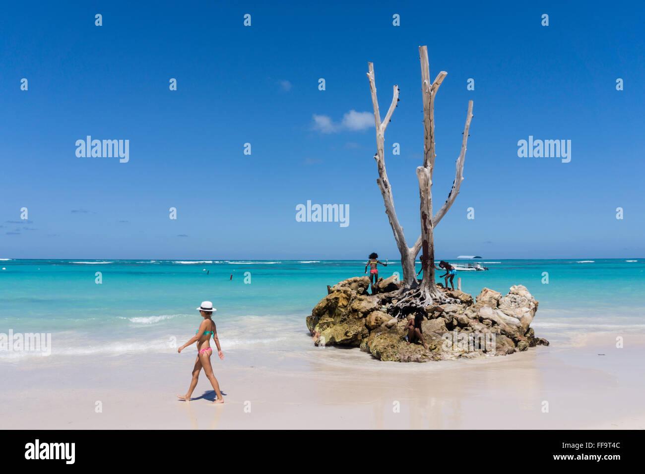 Les femmes avec chapeau, Palm Beach, Playa Bavaro, Punta Cana, République dominicaine, Caraïbes Photo Stock